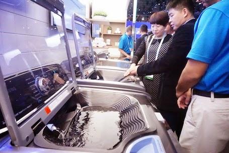 Máy giặt có khay giúp người dùng giặt tay trước khi cho vào máy.