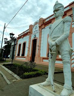 Estátua de San Martín, em frente ao prédio da Prefeitura de Yapeyú.