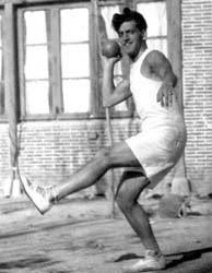 Louis Buñuel haciendo deporte