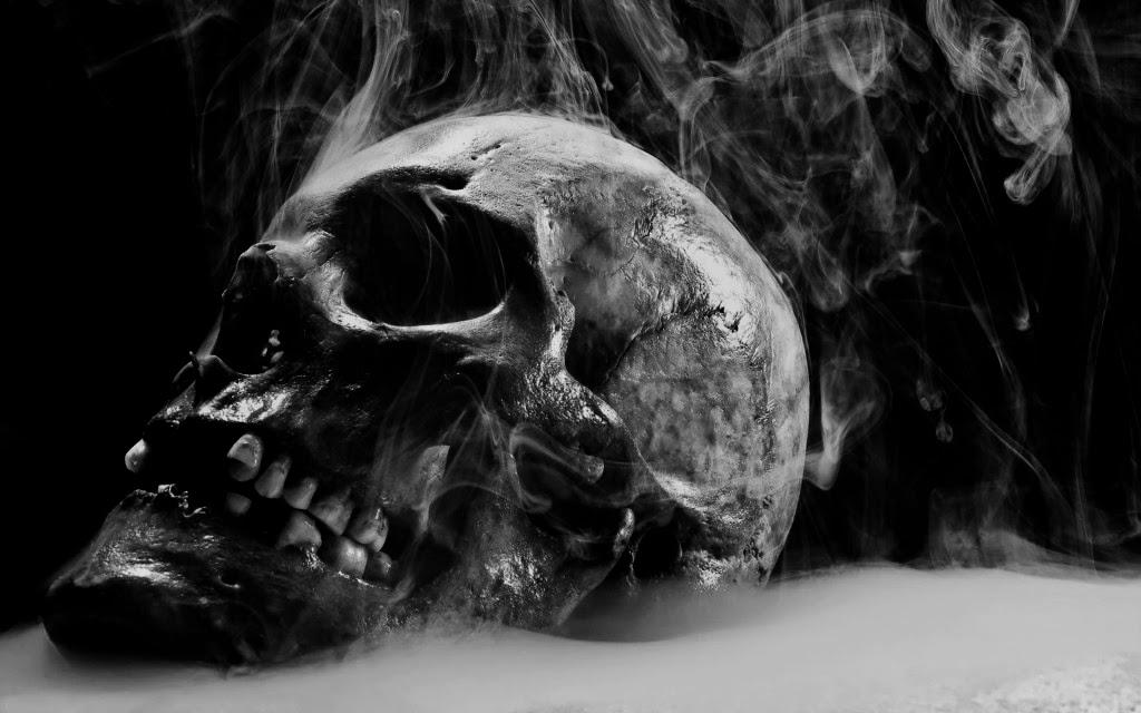 Soy desde hace tanto y tanto, que algunas veces pierdo la noción del tiempo sin hacer caso por un instante  de mi condición eterna. Todos me temen sabiendo que en algún momento sentirán mi inminente e implacable presencia. Algunos  dicen que no tengo piedad ni escrúpulo alguno en  cumplir con mi inexorable cometido, y de solo imaginarme acercándome soplando sobre sus cabezas, empiezan a temblar como las espigas en  un campo de trigo, estremecidas por la fuerza invisible y poderosa del viento en una tarde de invierno. Otros  anhelan mi presencia con la esperanza de escapar a su destino infeliz y lleno de tribulaciones; cual bálsamo de paz para liberarlos de su infausto vivir: ¡Pobres inocentes! ¡Si tan solo supieran que estoy con ellos desde el instante en que llegan a este mundo y no los abandono durante toda su permanencia en éste! —para unos, breve y para otros demasiado larga—. ¡Ah, insensatos! cambiarían su manera de pensar sobre mí si estuvieran en mi lugar…  ¡Si supieran cuánto daría por ser uno de ellos! Con gusto daría todo el tiempo de mi existencia por tener una partícula de aquello que disfrutan y llaman vida. ¡Qué no haría! por tan solo sentir los rayos del sol calentando esa maravillosa envoltura que carne que llaman cuerpo y que muchos desprecian sin saber el tesoro y la magia que implica el poder ser capaces de experimentar a través de las sensaciones: Oler el aroma de las flores, probar la más exquisita de las comidas; poder sentir sobre la piel la humedad de las gotas de lluvia deslizándose sobre ésta, apreciar lo que para ellos es una hermosa melodía y para mí es nada. ¡Nada!…  ¡No tienen idea de cuánto los envidio!  Si tan solo pudiera disfrutar de la compañía de alguien. Si pudiera sentir el abrazo de alguna persona, de eso que llaman afecto e inclusive amor.   Siempre he existido, invisible y a la espera. Estoy en millones de lugares al mismo tiempo, al acecho de los hombres desde su origen y observo en silencio, aguardando... Me  llaman de dife