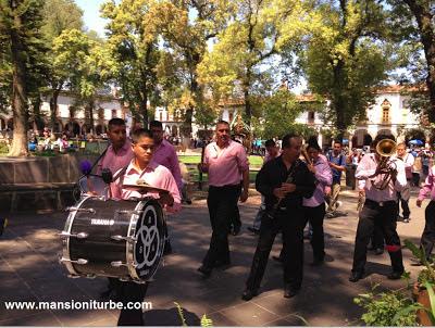 En Pátzcuaro Banda de Música recorriendo la Plaza Vasco de Quiroga