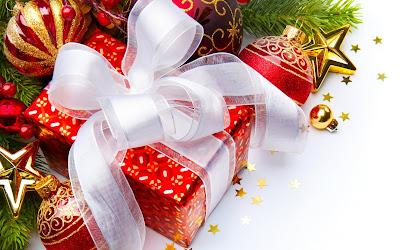 Esferas rojas con dorado y regalos junto al arbol de navidad
