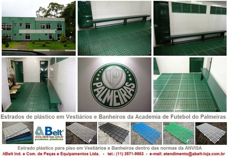 Estrado de plástico em vestiário e banheiro do Centro de Treinamento de Futebol do Palmeiras
