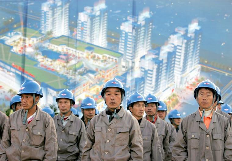 Robotnicy przed planowanym centrum handlowym