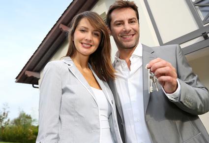 كيف تتأقلمين مع مكان إقامتك وسكنك الجديد - رجل يحمل يمسك مفتاح شقة - man holding keys