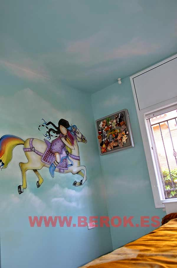 Mural pintado en techo de habitación