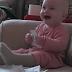 Υπέροχος μπόμπιρας σκίζει χαρτιά και ξεκαρδίζεται στα γέλια (vid)