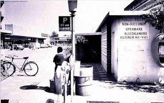 Unas letrinas, en cual lugar de Africa en las que no se permite la entrada a enfermos de SIDA