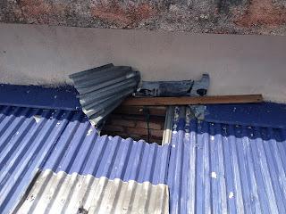 Mái nhà yến bị cắt tôn