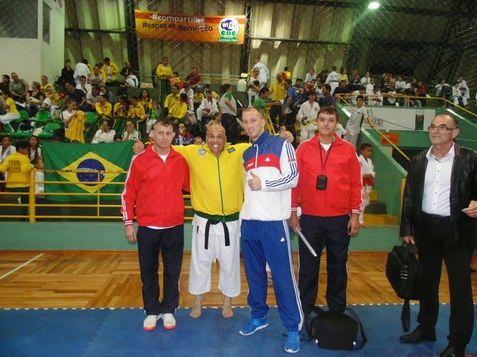 Prof CQC no Mundial de Karatê  2014, ao lado de atletas da Servia e Slovenia