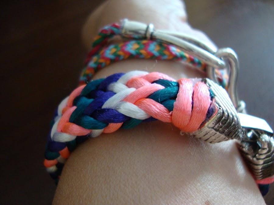 Kumihimo: pulseras planas con forma de espiga en varios colores