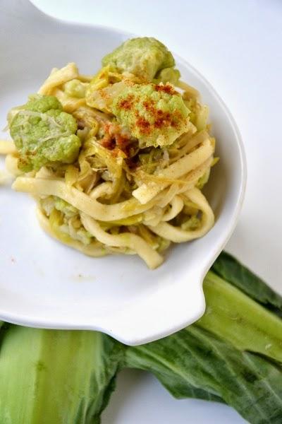 pasta fresca all'uovo con cavolfiore verde, porri e filetti d'acciughe