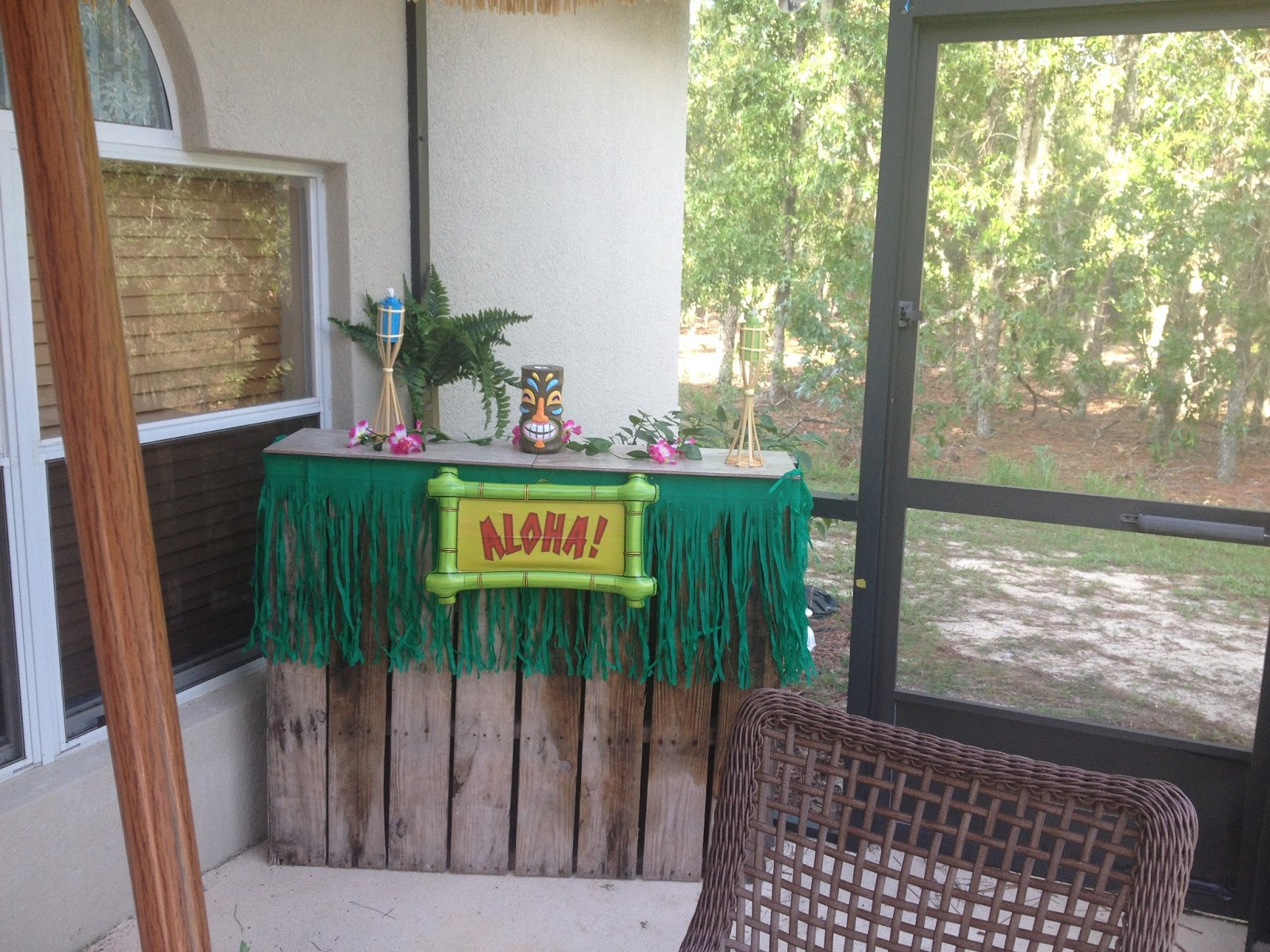 Me And My Big Ideas Diy Tiki Bar With Wood Pallets Easy