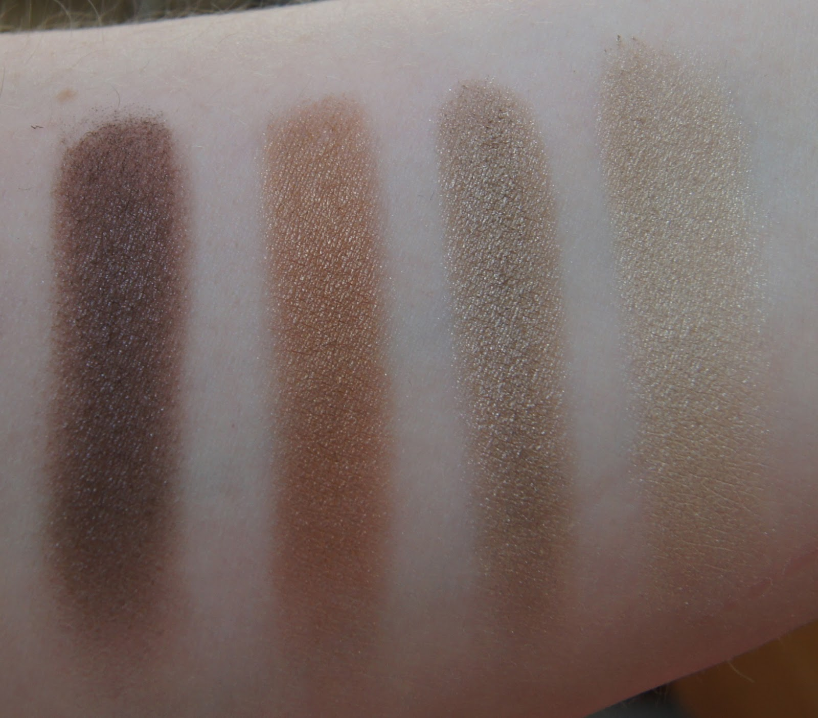 Burberry Complete Eye Palette-Limited Edition Gold swatches
