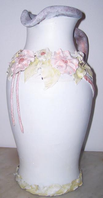 Cántaro de barro reciclado fondo con una primera base pintada en blanco.