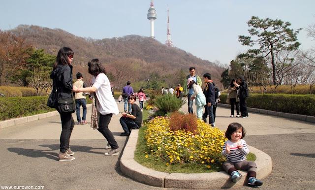 Jardín de la Biblioteca de Namsan con flores