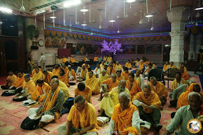 Jagad Guru Maharajji Kripalu and devotees in Radha Krishna bhakti and chanting during Holi 2013