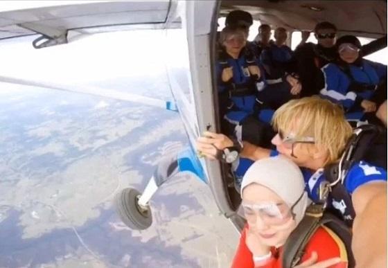 Umie Aida Lakukan Skydiving Dari Paras 14 Ribu Kaki