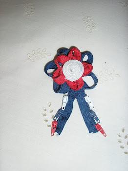 broche de cremalleras azul y rojo