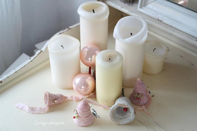 Weihnachsdekoration in rosa mit alten Watteglöckchen