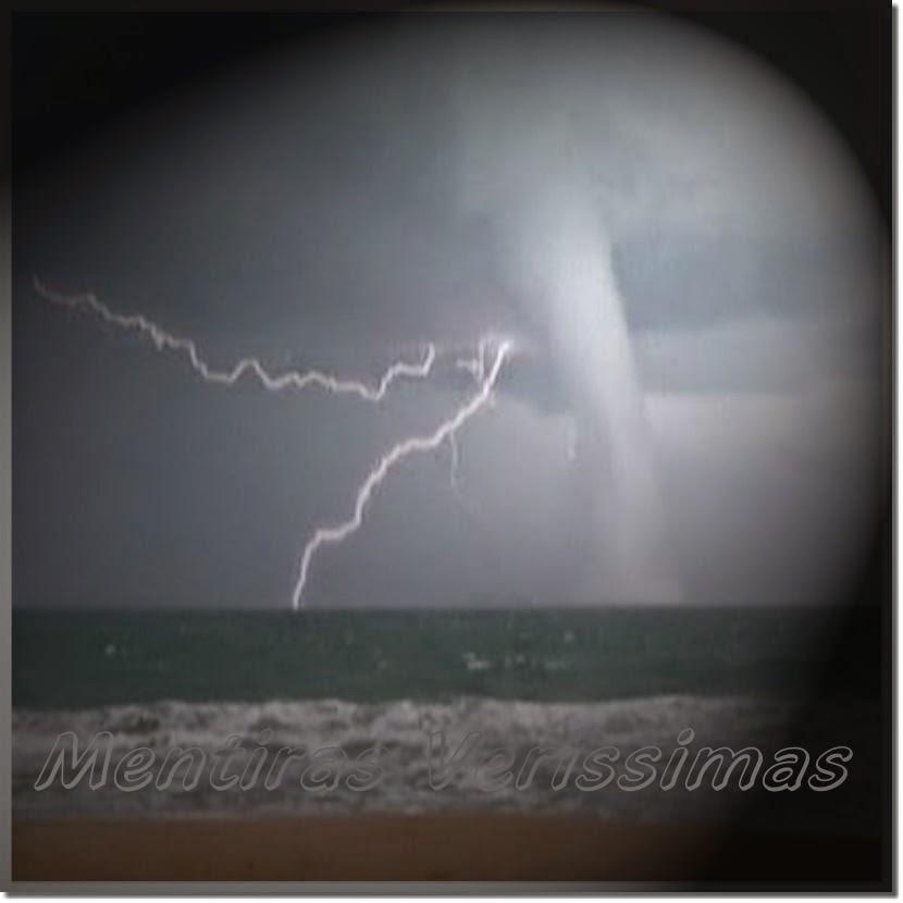 Imagem de uma tromba d'água, que é um tornado que se forma no oceano.