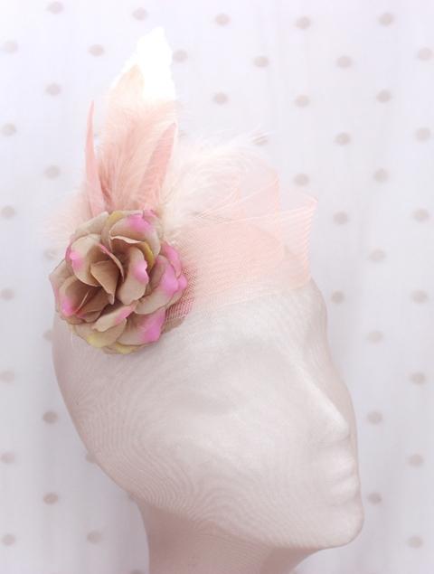Colección La Playa - Tocado Broche Rosa Flor Pluma y crin
