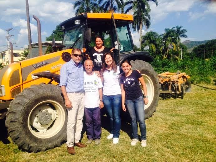 E - Prof. José Chaves,  funcionário da sec. de Agricultura Magé, as estudantes Juliana Virginio, Jéssica Rosa, e acima Michele Leal