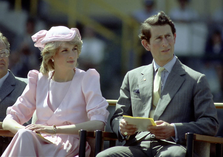 http://1.bp.blogspot.com/-GskDfa-_IxY/TuUmTCZEjRI/AAAAAAAAAGE/1O3MCBTIB-U/s1600/Princess-Diana-And-Prince-Charles.bmp