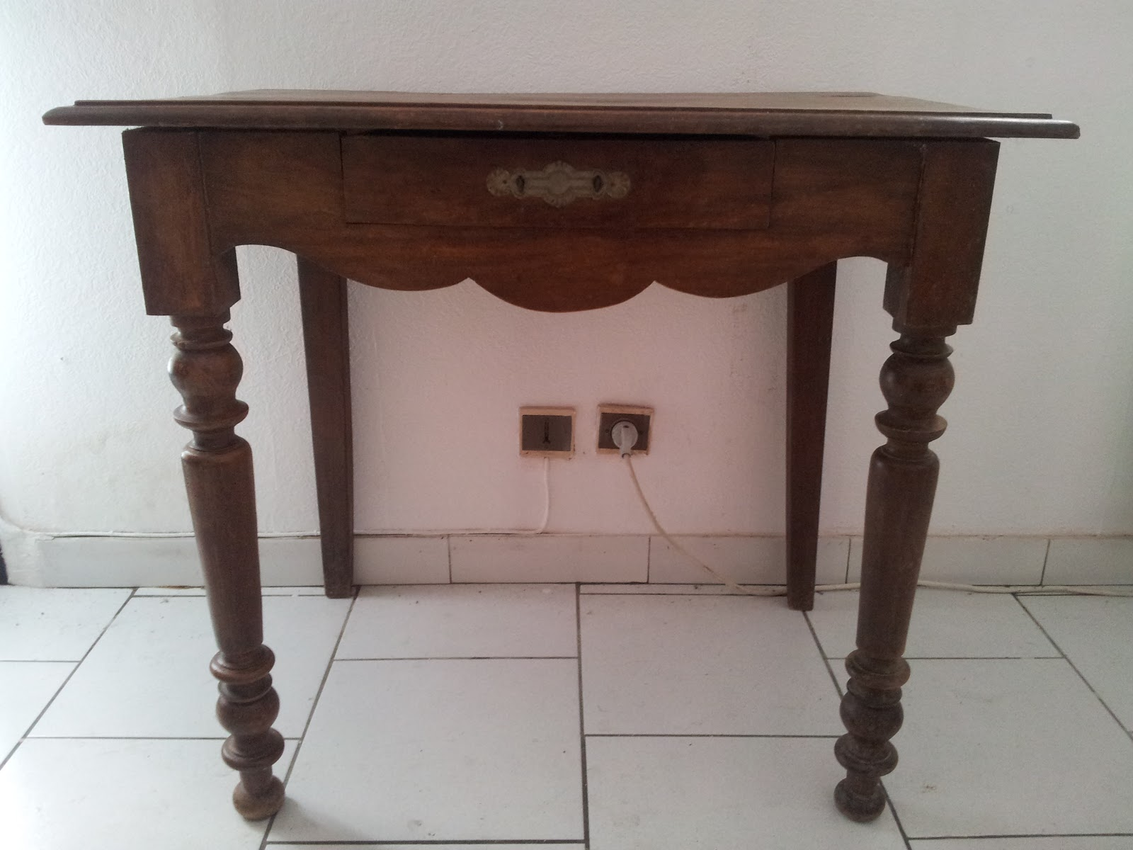 troc and broc petit bureau ou table. Black Bedroom Furniture Sets. Home Design Ideas