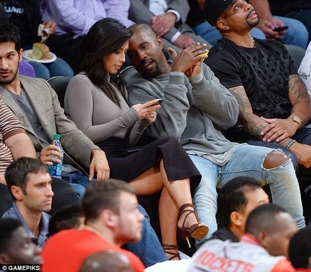 كيم كارداشيان في تنورة مثيرة خلال حضور مباراة كرة سلة مع زوجها كاني ويست