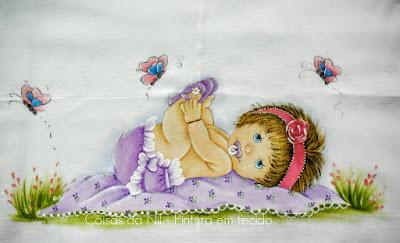 fralda pintada para menina com bebe e borboletas