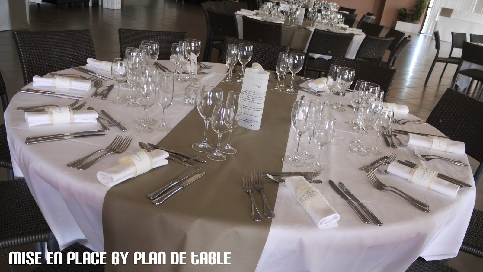 Plan de table le blog mariage nature mise en place d - Decoration taupe et blanc ...
