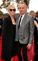 Стинг изглежда много стилно в черен панталон и сребрист блейзер, бяла риза и черна вратовръзка - наградите Грами 2013