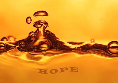 """Cette image représente un liquide dore agite en surface vraisembablement par la chute d'une goutte. Le fon est egalement dore. En bas, au centre, on peut lire le mot """"HOPE"""" en caracteres ondules et d'une teinte doree egamelement. Cette image simple mais belle illustre le poeme melancolique, nostalgique mais non denue d'humour du Marginal Magnifique, intitule """"L'ambroisie"""". Le liquide dore de l'image est cense represnte cette substance divine, qui dans la mythologie grecque est la nourriture des dieux. Dans le poeme du Marginal Magnifique elle symbolise les illusions et les espoirs que l'enfant innocent met dans la vie, qui ne resisteront pas a la decouverte du monde reel, dur, cruel et qui laisse peu de place a l'innocence. Un tres beau poeme du Marginal Magnifique !"""