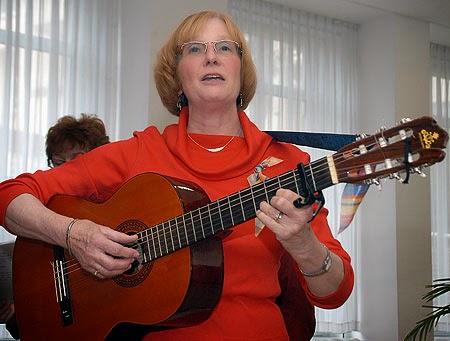 """Regelmäßig spielt Tilla Walsh bei der Matinée im Brustzentrum des Marien-Hospitals unter dem Motto """"Ein Zipfel des Lebens"""". (Foto: Barbara Zabka)"""