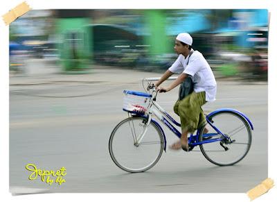 santri naik sepeda