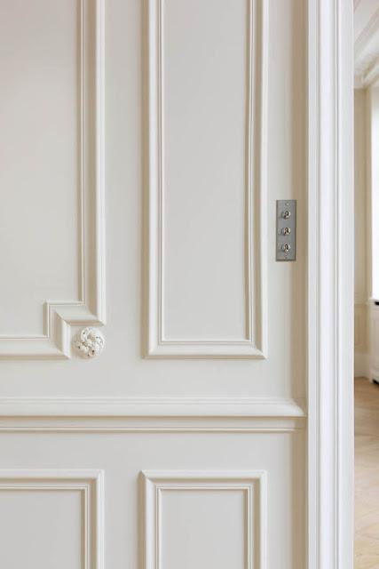 Zócalo de madera en la pared