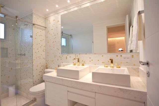 Mão de Obra Artesanal Dicas de como utilizar as pastilhas de vidro no banheiro -> Banheiro Pequeno E Classico