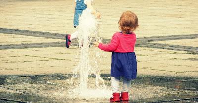 Die Wasserfontänen am Marktplatz mag sie aber doch