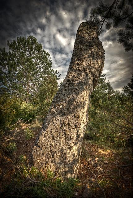 pierre dressée des pontils, menhir de peyrolles, je regarde les greniers et les caves du Roy, pierre insolite rennes le chateau, menhir rennes les bains, photo hdr fabien monteil
