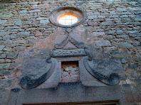 Decoració a la façana principal de Sant Pere de Monistrol