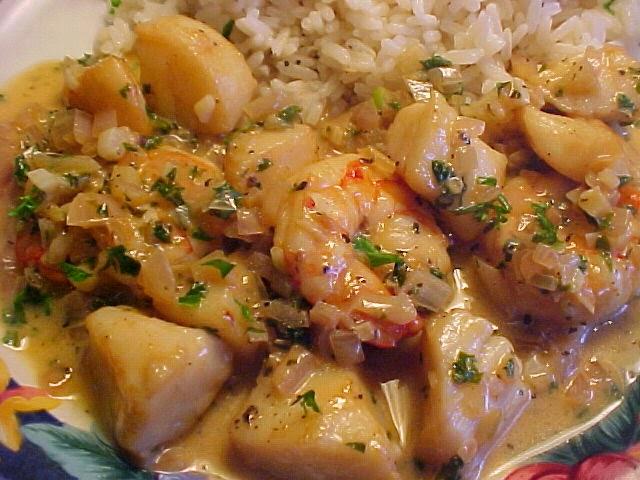 Crevettes et pétoncles sauce crémeuse à l'ail, citron et vin blanc sur riz à l'ail et au citron