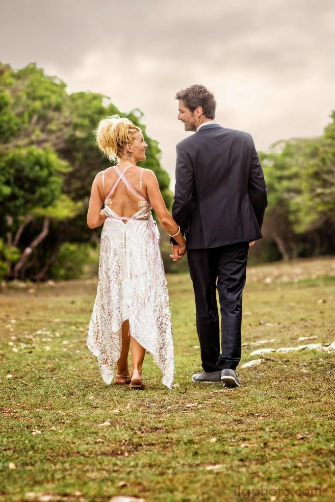 Les mariés s'éloigne sur fond de savane