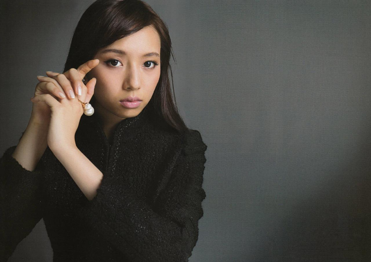 黒い服を着てクールな表情を浮かべている新内眞衣