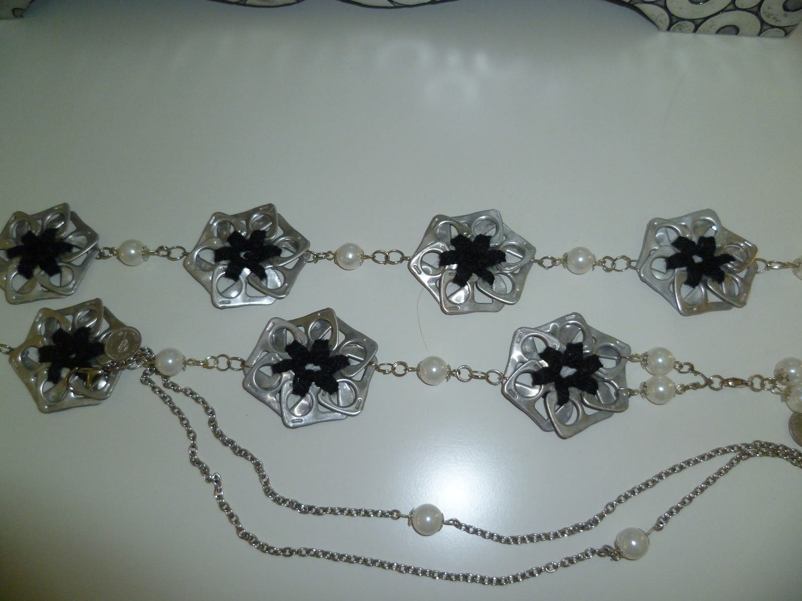 Bonito collar hecho con anillas de latas en forma de flores unidas
