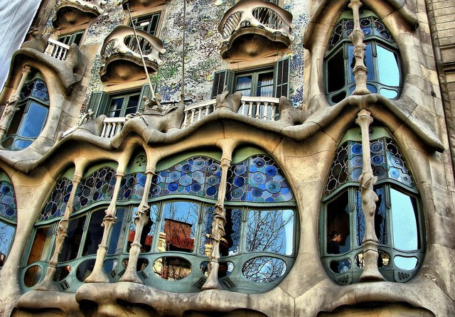Enchanted revolution art nouveau through an architect for Architecture gaudi