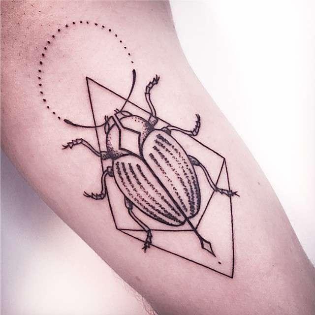 Tatuagens Femininas Linework e Pontilhismo Besouro no BraçoTattoo Melina Wendlandt