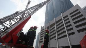 Bomberos fuego en el rascacielos de Hanoi