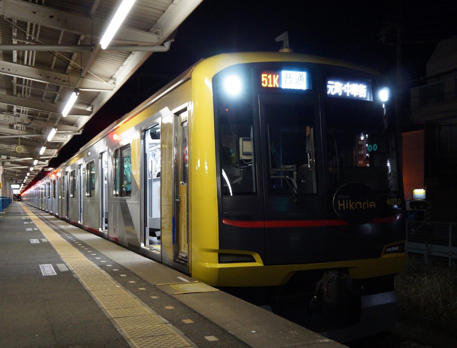 駅に停車中の東急5050系Shibuya Hikarie号を使ったみなと横浜初日の出号