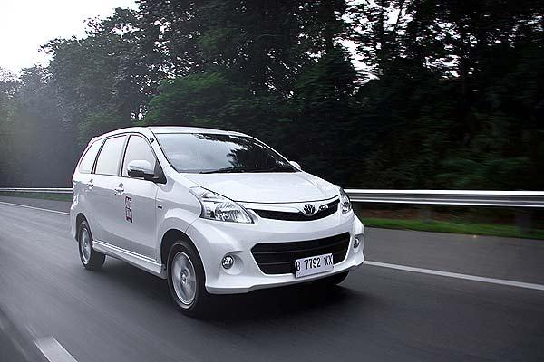 Toyota avanza Veloz di jalan